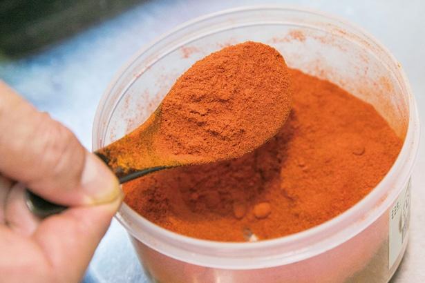 唐辛子パウダーが味の決め手。2種の唐辛子やカイエンペッパーなどを調合