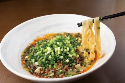 「担担麺専門店 ドラゴンキング」の汁なし担担麺900円。平打ち麺のピロピロの食感がおもしろい♪