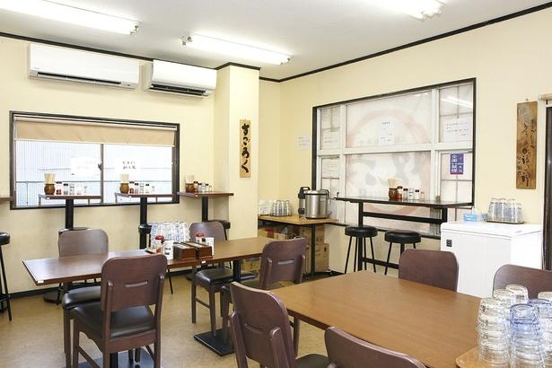 中央にテーブル席を置き、窓際にはカウンターが5席ほど用意されている