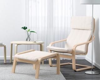 座り心地抜群の「POÄNGアームチェア」。フットスツール(4990円)と一緒に使うとより一層くつろげる