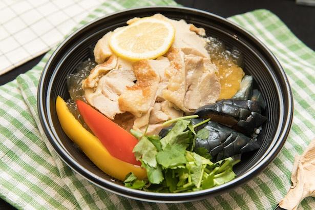 「塩レモン麹漬鶏と彩り野菜のジュレ茶漬け」(864円) / つけにく糀屋