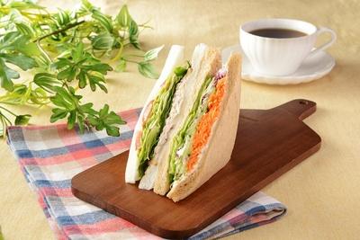 「くるみとツナオリーブの野菜サンド」(320円)247kcal