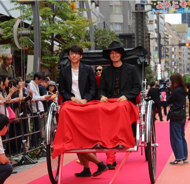 【写真を見る】レッドカーペットには斎藤工&高橋一生も人力車に乗って登場!