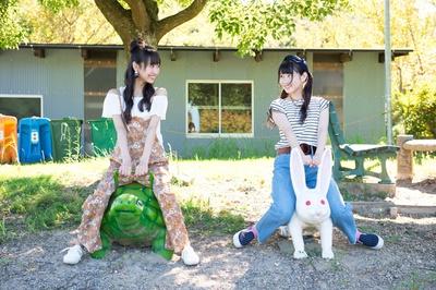 「カワイイ!」と、ウサギとカメの遊具に乗る2人