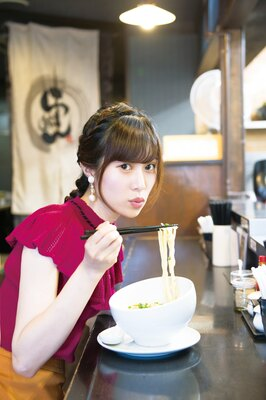 泡スープが絡んだ自家製麺を、さっそくふぅふぅ♡