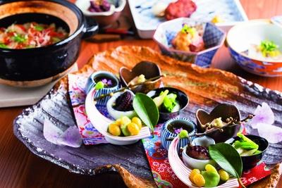 手前の前菜盛り合わせ(写真は2人前)などランチコース2800円の一例。ディナーコースは6000円~