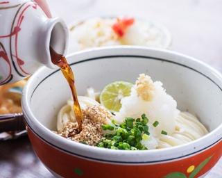 人気メニューの「鶏天ぶっかけうどん」(680円)。「豆腐サラダ」は全メニューに付く