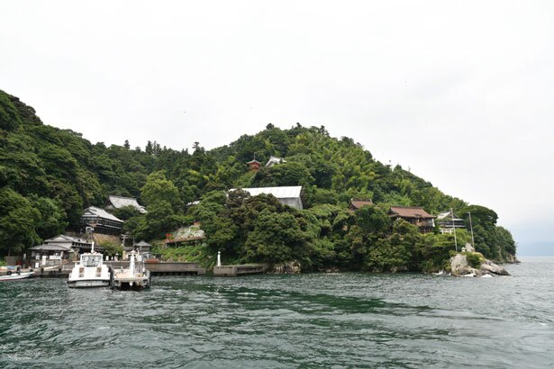 長浜から竹生島クルーズで約30分/竹生島