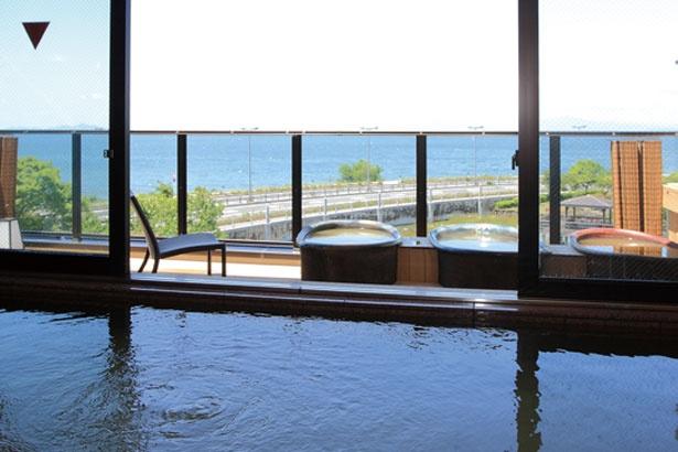 大浴場に設楽焼の壺湯が3つ並ぶ露天風呂/長浜太閤温泉浜湖月
