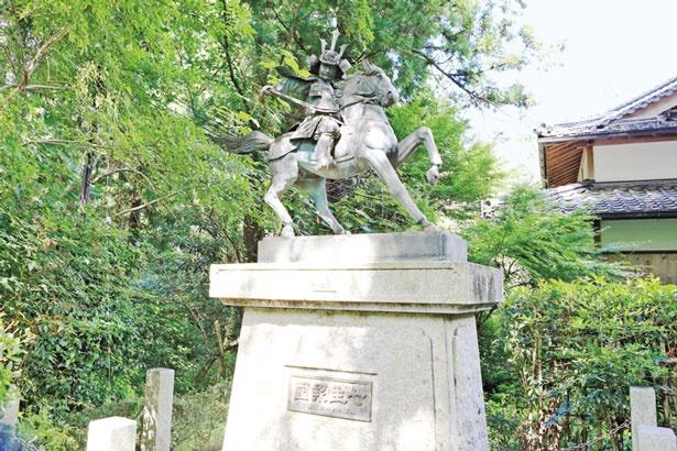 楠木正成公の銅像/高鴨神社