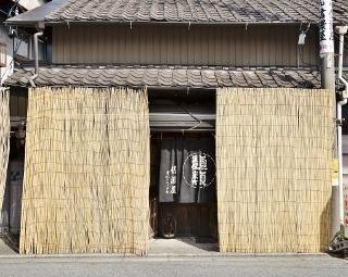 長屋の一軒を改修したという外観は、多治見で開業した当時からほとんど変わっていない
