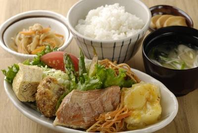 日替わり残業定食¥500/毎日食べても飽きないメインは2〜3品