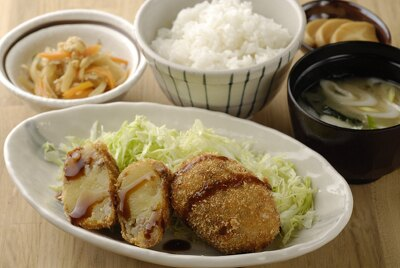 コロッケ定食¥420/キタアカリを使用したコロッケとご飯、汁物、小鉢などが付く