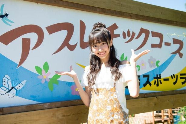 「はーい♪今日は三重県の四日市スポーツランドにやってきましたー。」とレポーター風にポ―ジングを決めるみよまる