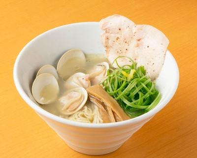 「鳥と蛤の塩らぁめん」(800円)/醤油と貝と麺 そして 人と夢