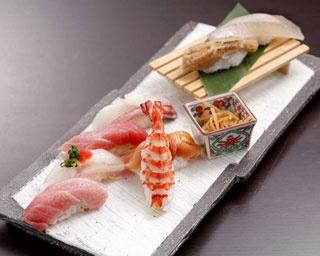 職人が握る季節鮮魚の握りやメッセージ入りデザートで、特別な日をお祝い!/新宿 なだ万賓館