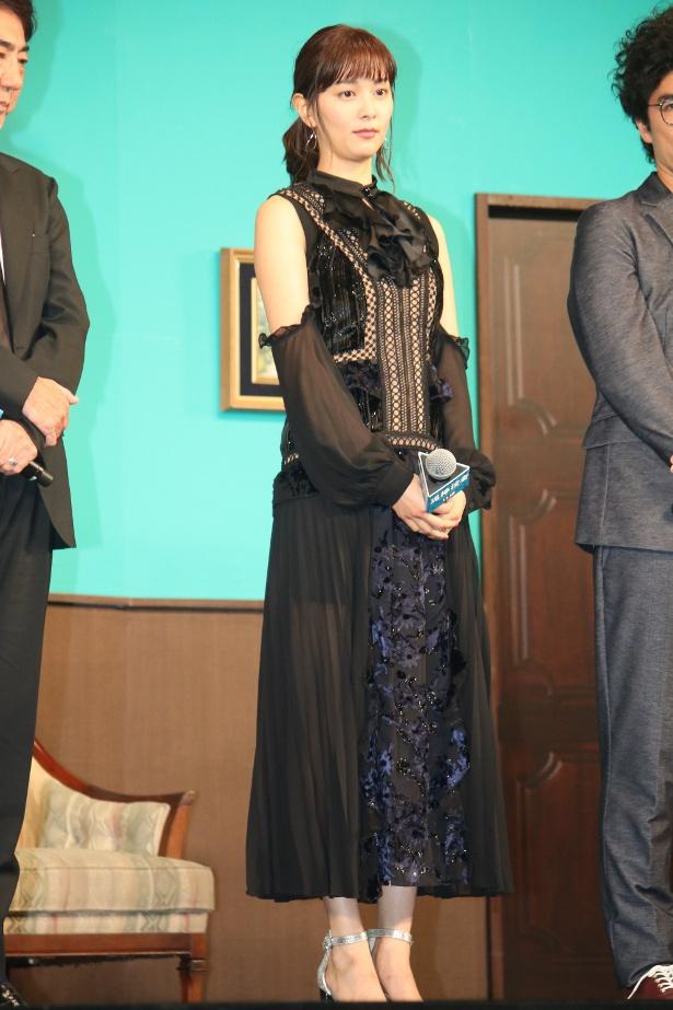 【写真を見る】石橋杏奈は黒のレースのドレスで登壇
