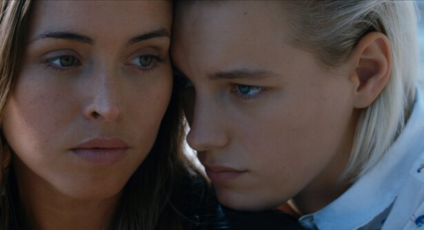 映画『アンダー・ハー・マウス』で女優デビューした、モデルのエリカ・リンダー(右)