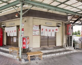 店は交差点の角に立ち、2方向に入口がある