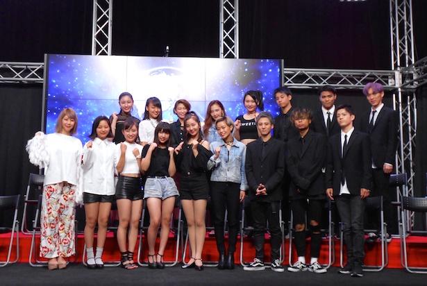この日お披露目された「マンモスター」メンバー16人とプロデューサーのRYONRYON.(写真左端)