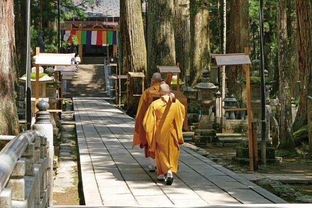 835年に入定された弘法大師。今も御廟で瞑想しているとされ、弘法大師に御膳を届ける「生身供」が6時と10時30分の1日2回行われている。奥に見えるのが燈籠堂/奥之院