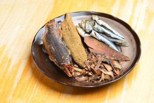 3種の煮干し、6種の節など魚介を多く使ったダシ素材