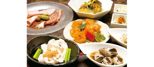 ディナーのタパス。鶏胸肉の炒めもの(手前左)、エビチリ炒め(中央・各380円)