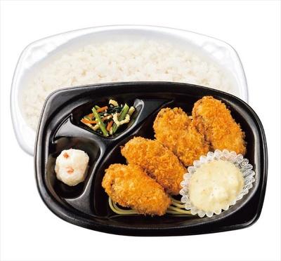 【写真を見る】大粒のカキが詰まったお弁当がリーズナブルな価格で食べられる!