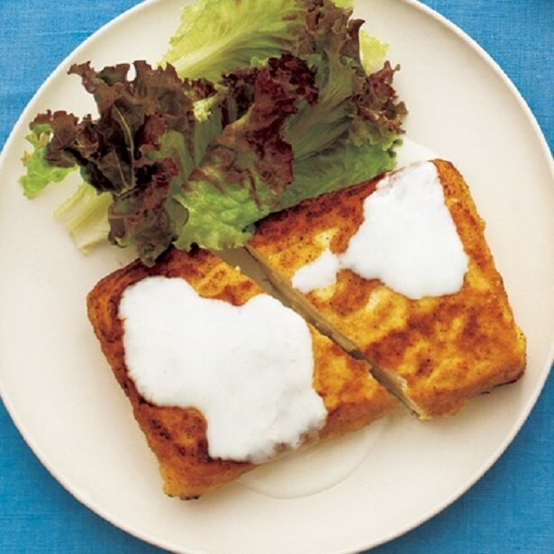 こんがり焼いたカレー風味の塩豆腐ステーキは、もっちりとした食感で食べ応えも◎
