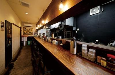 カウンター12席の店内は、お昼時には満席の可能性があるので早めの来店を/麺屋いちびり