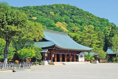 南神門をくぐると目に飛び込んでくる外拝殿は、畝傍山の麓(ふもと)に厳かに立つ/橿原神宮