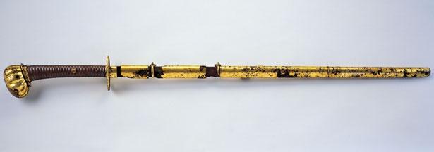 明治天皇の御太刀をはじめとしたさまざまな名宝を所蔵/宝物館