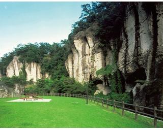 岩壁と緑の美しい光景が楽しめる
