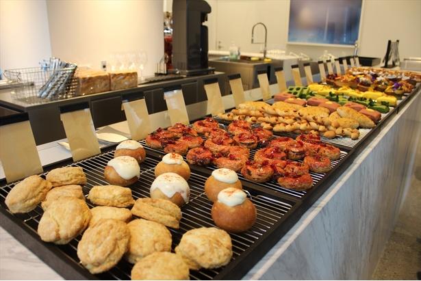 昼と夜で異なるスタイルが楽しめるベーカリー・レストラン「COURTESY」