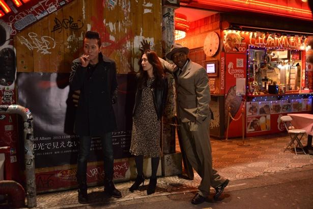 こてこての関西弁を話すトニーとネイティブな英語のピーナッツ・バターのかけ合いはシュール