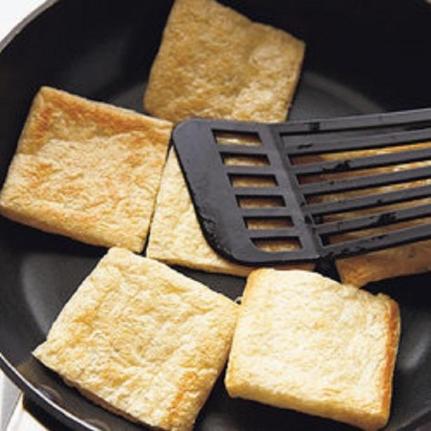 油揚げをギュッと押しつけて焼き、肉っぽい食感に