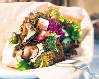 新鮮野菜がブーケのように彩る!クンバ ドゥ ファラフェルの「ファラフェルサンド」(ハーフサイズ880円)