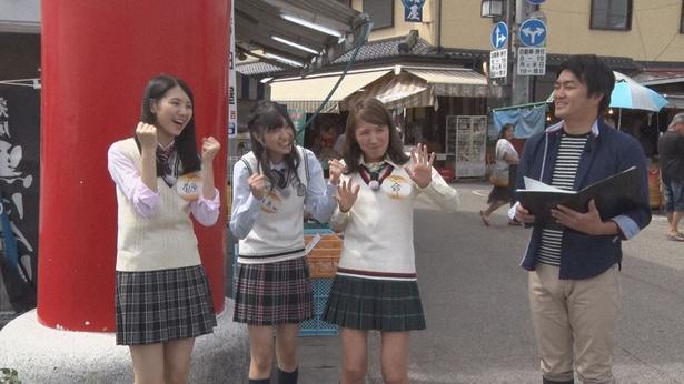 (写真左から)菅原茉椰、一色嶺奈、内山命が千保稲荷神社の参道グルメで絶品おむすびを作る