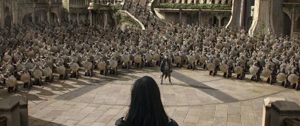【写真を見る】死の女神・ヘラに対し、アズガルドの軍勢を率いて立ち向かうホーガン