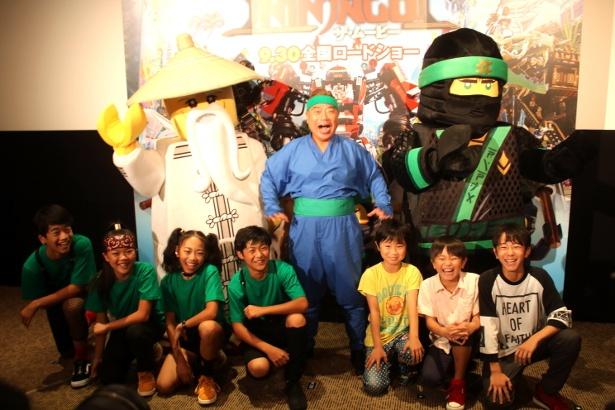 子どもたちと出川哲朗といっしょにフォトセッション