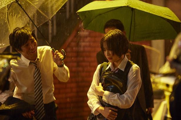 伊藤への思いを抑えきれない響。雨に打たれながら泣く姿は胸を打つ(『先生! 、、、好きになってもいいですか?』)