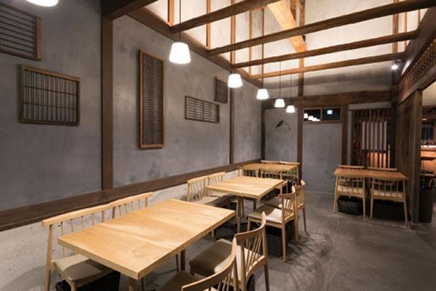 高い天井と木のぬくもりが生きた空間/茶寮 つぼ市製茶本舗