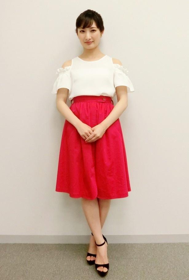 【写真を見る】10歳のころから始めたという空手で鍛えた美脚を披露する武田梨奈