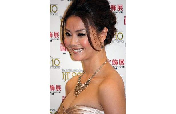 30代の部門で受賞した、女優の観月ありささん。おひとりさまのイメージが強すぎる!?