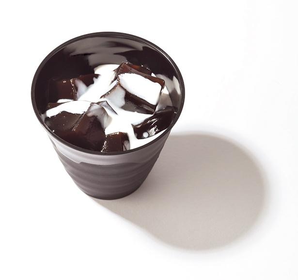 【写真を見る】コーヒーを練り込んだ、新感覚のぷるぷるわらび餅