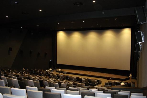 巨大スクリーンが広がる10番シアター。都内最大級の530席を備えていながら、座席間はゆったり!