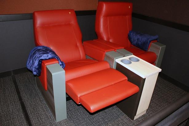 グランシアターのシートには、フランス・キネット社の最高級シート「ダイアモンド・クロス」を採用