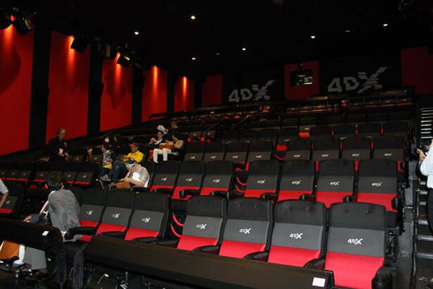 4DX上映では、映像に合わせて動くシート、ミストや降雨の演出などでアトラクション気分を体感できる
