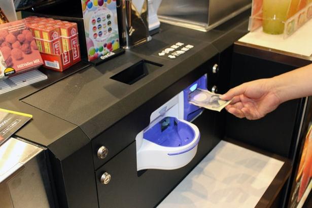 フードコーナーの支払いを自動化。スタッフが紙幣や硬貨に触れず対応でき、より少人数&衛生的に