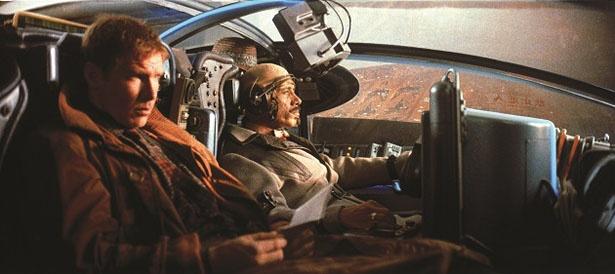 【写真を見る】レプリカント専門の捜査官ブレードランナーのデッカードはハリソン・フォードが演じている(『ブレードランナー ファイナル・カット』)